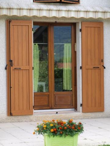 Fensterläden-nomawood-bl8-bl4-light-brown-Frankreich
